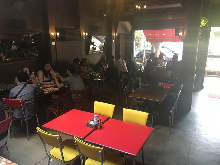 tubaína bar - mesas no restaurante